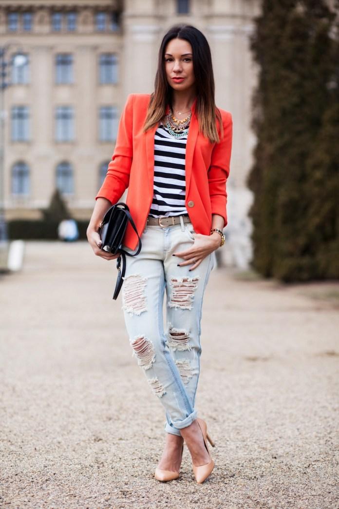 Топ в полоску с красным пиджаком и рваными модными джинсами