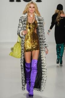 Длинная полосатая модная шуба осень-зима 2014-2015 – Betsey Johnson