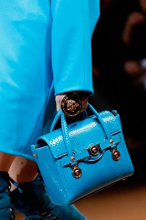 Модная голубая сумка осень-зима 2014-2015 – фото Versace