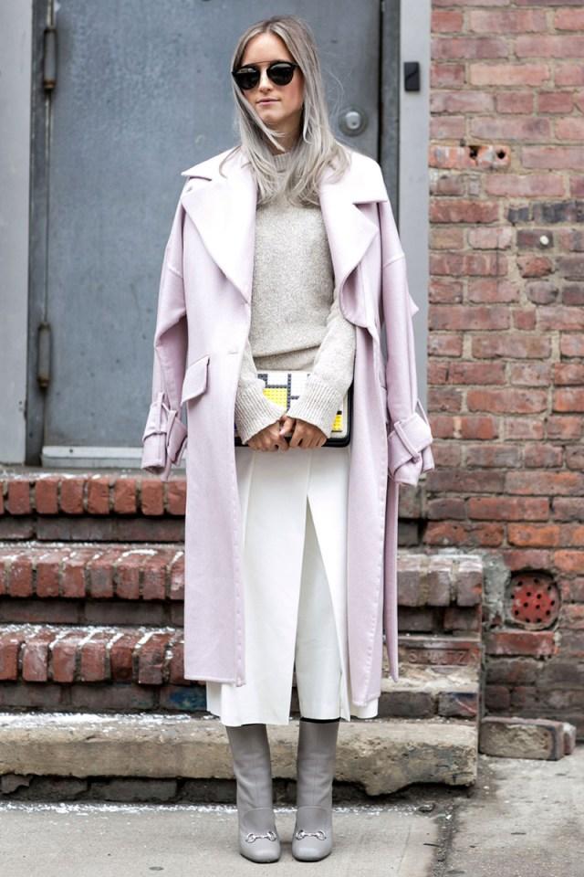 Длинное нежно-розовое женское пальто - фото новинки сезона