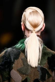 Фото модной прически осень-зима 2014-2015 – хвостик Fendi