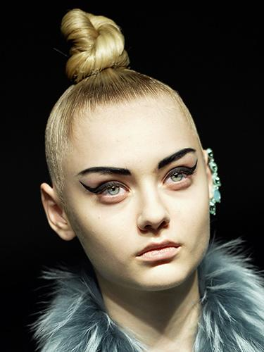 Модный макияж осень-зима 2014-2015 со стрелками на глазах – JeanPaulGaultier