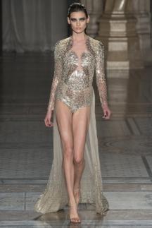Длинное модное платье с открытыми ногами осень-зима 2014-2015 – Julien Macdonald