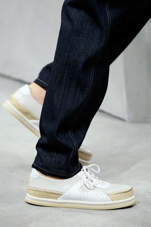 На фото: плетенная модная обувь 2015 от Bottega Veneta
