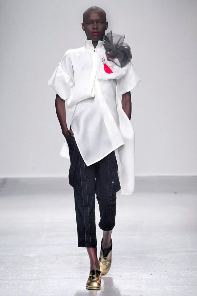 Сложная фактура модной блузки – белая асимметричная блузка с цветком Aganovich