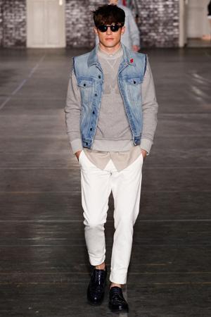 Фото мужская мода 2015 – белые мужские брюки с джинсовой жилеткой – Ami