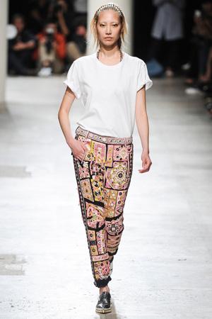 Укороченные цветные брюки широкая модель с высокой посадкой и простой белой футболкой – Barbara Bui весна лето 2015