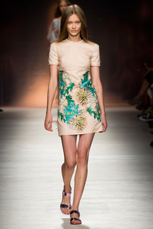 Короткое бежевое платье весна лето 2015 Blumarine