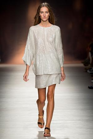 Блестящий костюм – бесформенная кофта и юбка – фото Blumarine весна лето 2015
