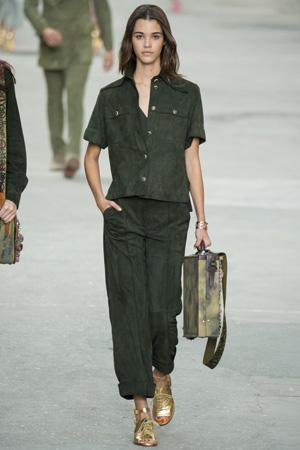 Широкие укороченные брюки и жакет в стиле милитари