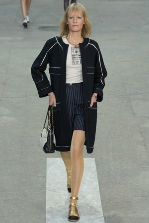 Длинный жакет Chanel с шортами в полоску и блузкой – фото весна лето 2015