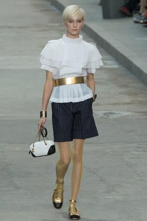 Блузка с шортами в полоску и золотым ремнем весна лето 2015 Chanel