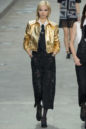 Ажурный комбинезон с золотой модной кожаной курткой 2015 – это стиль Chanel весна лето 2015
