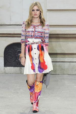 Модный жакет Chanel весна лето 2015 с платьем и цветными сапогами
