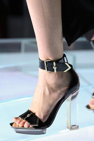 Черные босоножки мода 2015 на высоком прозрачном каблуке – Versace