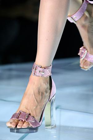 Розовые модные босоножки 2015 со стразами на высоком прозрачном каблуке - Versace