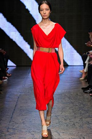 Мода на красные вещи – платье Donna Karan