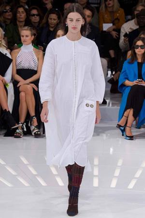 Длинное белое бесформенное платье в пижамном стиле – Christian Dior мода 2015