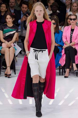 Красная длинная жилетка Christian Dior весна лето 2015
