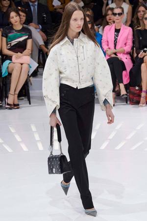 Короткая куртка с широкими рукавами и черными брюками весна лето Christian Dior