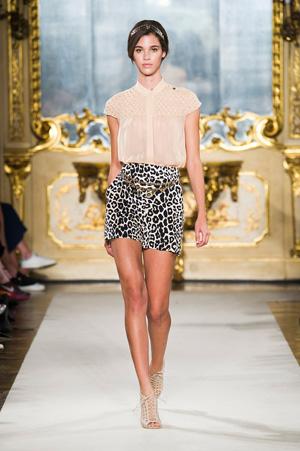 Короткая юбка с нежной блузкой – фото Elisabetta Franchi