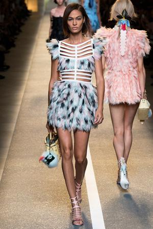 Модное платье 2015 с перьями – фото Fendi весна лето 2015