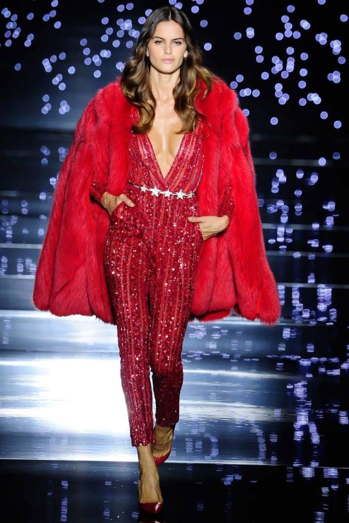 Роскошный красный комбинезон, усыпанный всевозможными украшениями – настоящий шедевр в коллекции