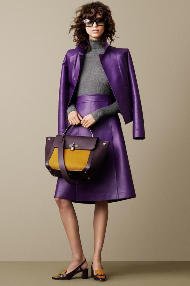 Кожаная фиолетовая модная юбка 2016 - фото новинка от Bally с кожаной коричневой курткой пиджаком и серой водолазкой