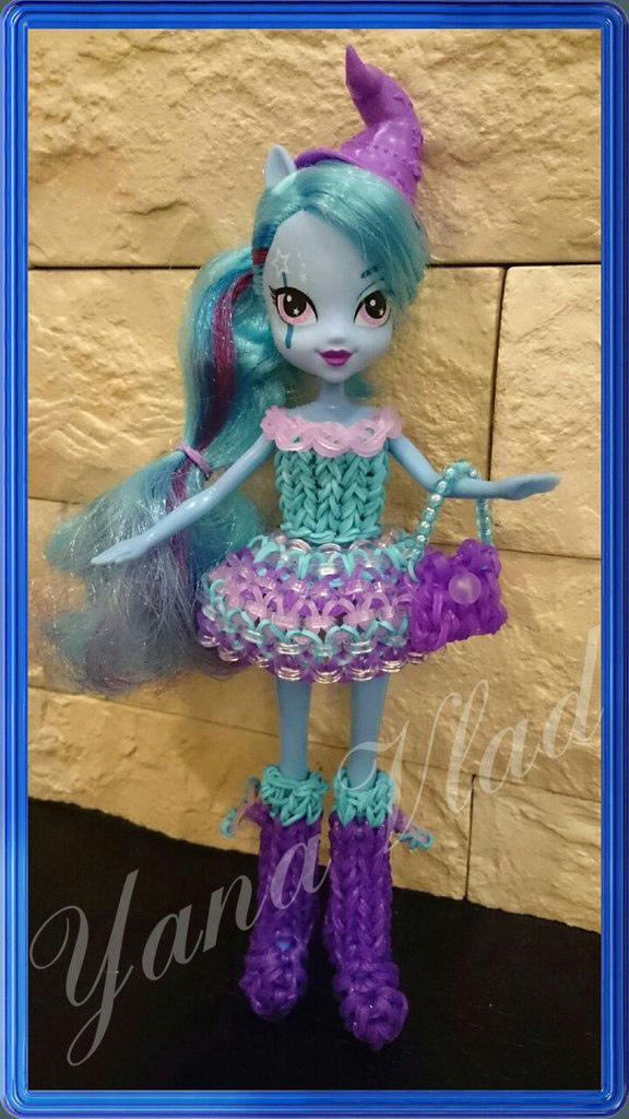 Одежда для куклы из резинок. Автор плетения – Яна Потапова