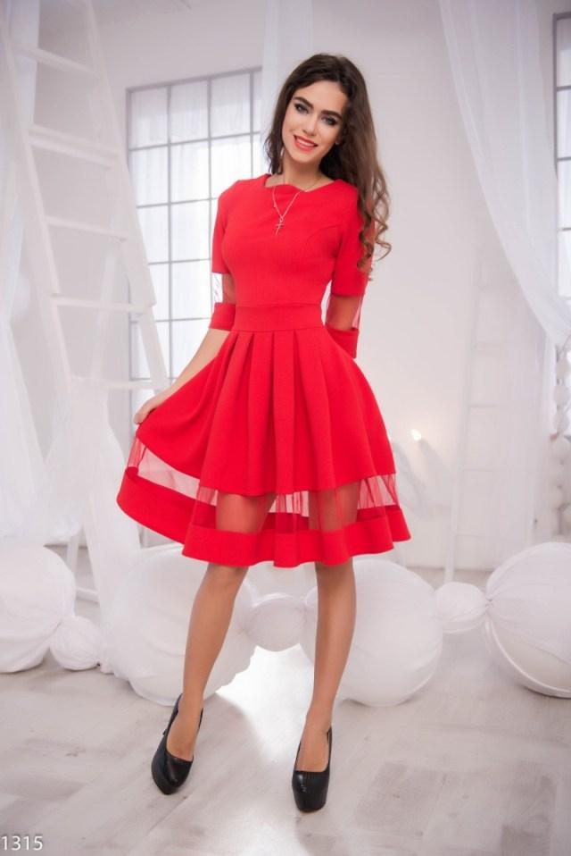 На фото: красное платье с чем носить