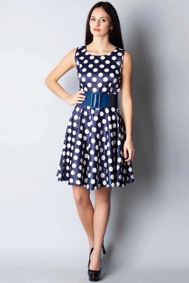 Фото модного сине-белого платья в горошек