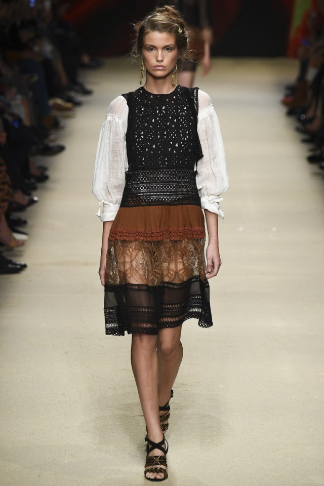 В моде 2016 простые кружевные платья. Именно такие модели демонстрирует модный дом Alberta Ferretti