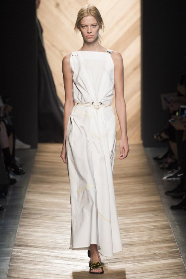Простая, но стильная модель белого платья 2016 года – фото новинка в коллекции Bottega Veneta