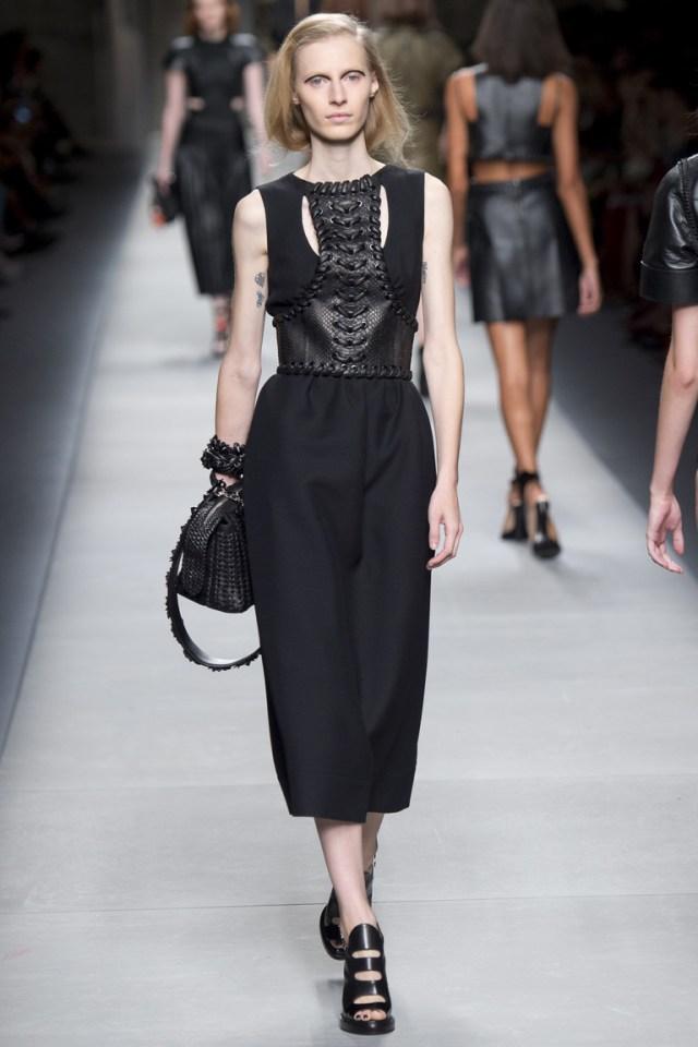 Модное платье 2016 с кожаными вставками – фото новинки от Fendi