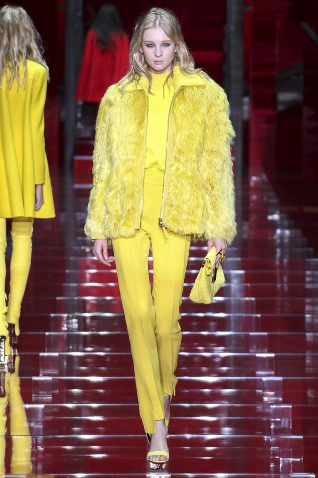 Желтая модная куртка 2016 из искусственного меха – фото новинка в коллекции Versace