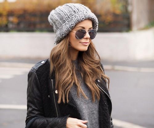 На фото: модная вязаная шапка