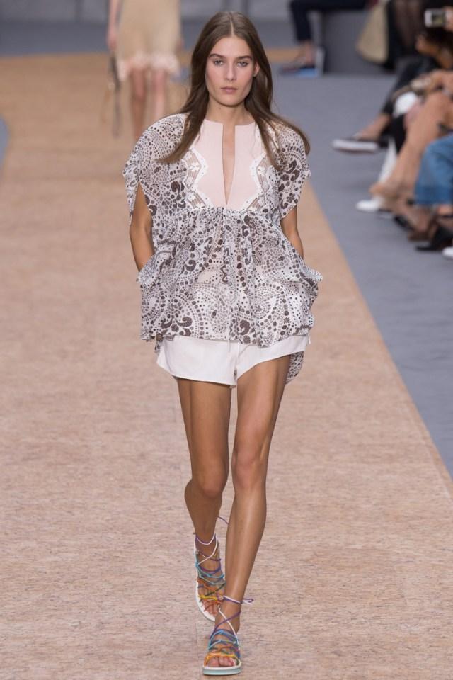 Фото модной блузки 2016 свободного кроя с необычным интересным принтом – фото новинки от Chloé