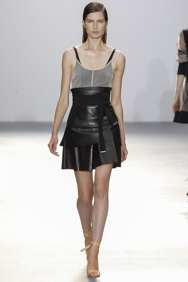 Модная кожаная модель юбки 2016 – фото новинка в коллекции David Koma