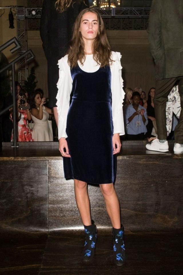 С чем модно носить платье футляр