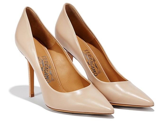 Нежно-розовые классические туфли лодочки – фото новинка от Salvatore Ferragamo