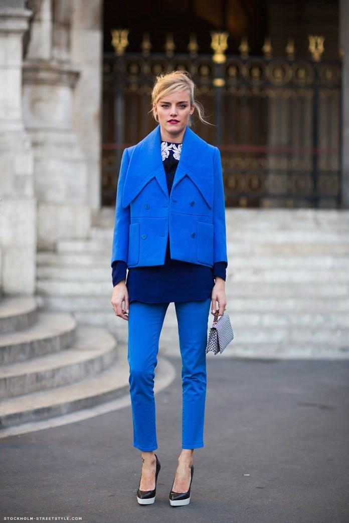 Фото новинка: короткое синее пальто с синими укороченными брюками