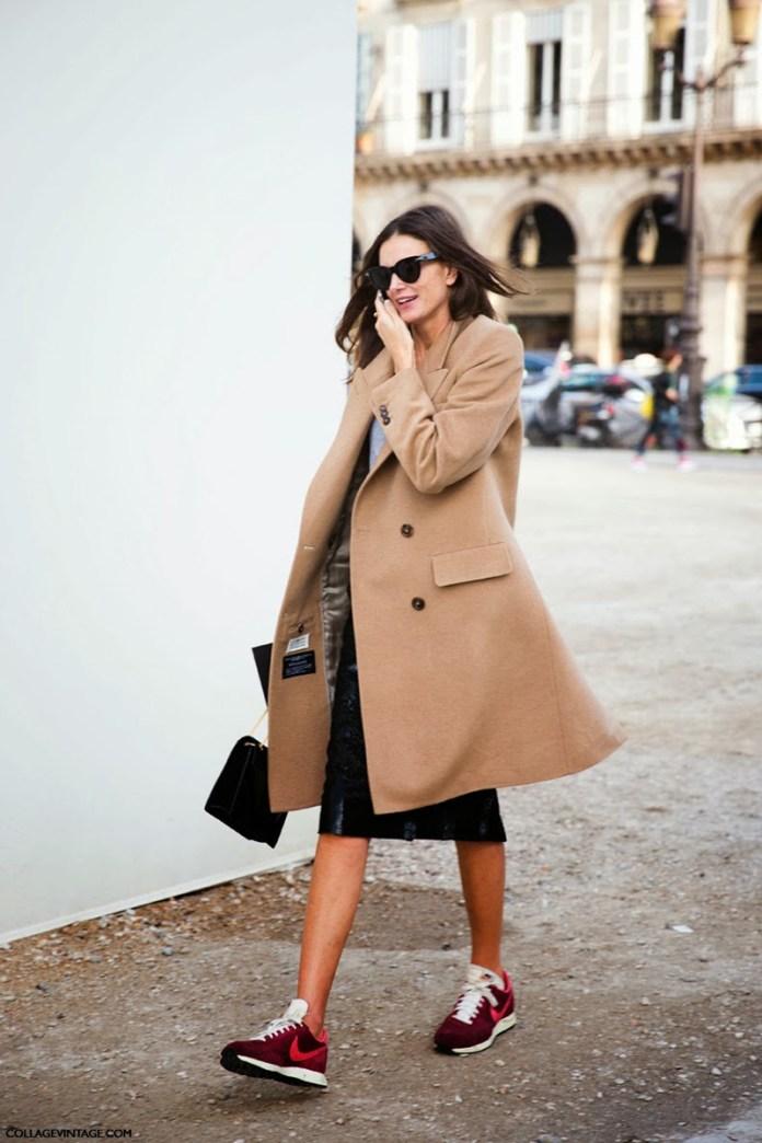 Фото новинка сезона: классическое пальто с кроссовками