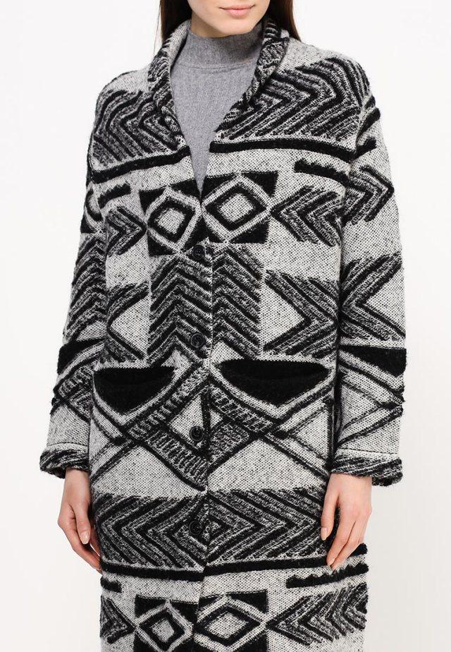 Пальто оверсайз с геометрическим узором, French Connection, примерная цена – 25 599 руб