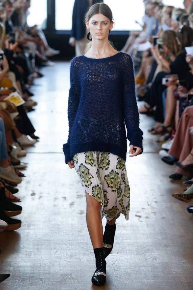 Длинный синий модный свитер весны и лета 2016 – фото новинки в коллекции Baum und Pferdgarten
