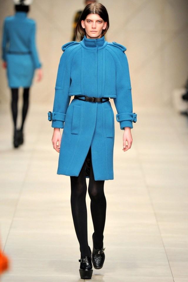 Голубое классическое драповое пальто – фото новинки и тренды сезона
