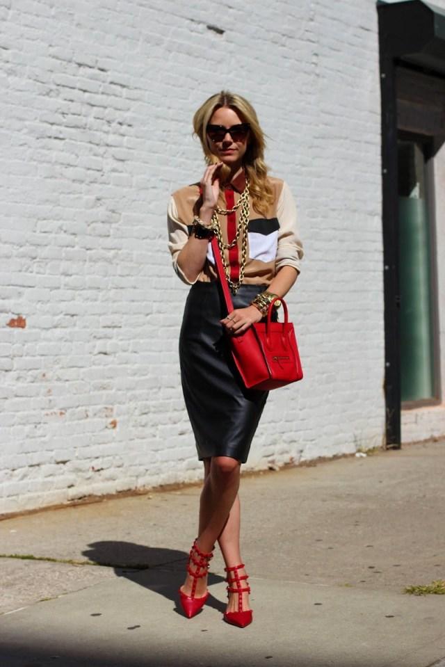 Кожаная юбка с красными туфлями - фото новинки и тренды сезона