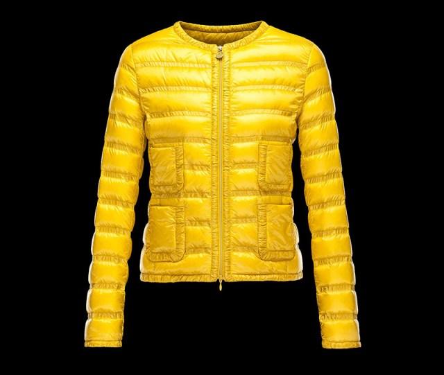 Желтая куртка из зимней коллекции Moncler - фото новинки и тренды сезона