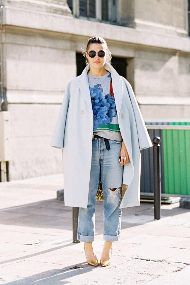 Модель оверсайз можно сочетать и с джинсами бойфрендами. Даже 2 грубые вещи делают очень женственный образ.