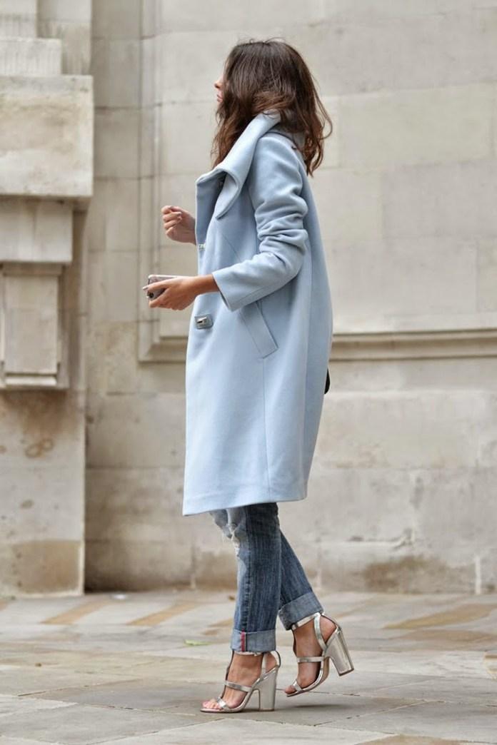 Голубое стильное пальто оверсайз с джинсами – фото новинки и тренды сезона