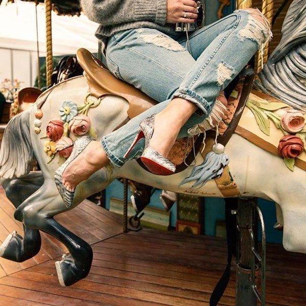 Туфли лабутены с джинсами - фото новинки последней коллекции